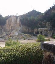 泉山の磁石場は有田焼の原料となる陶石の採掘場